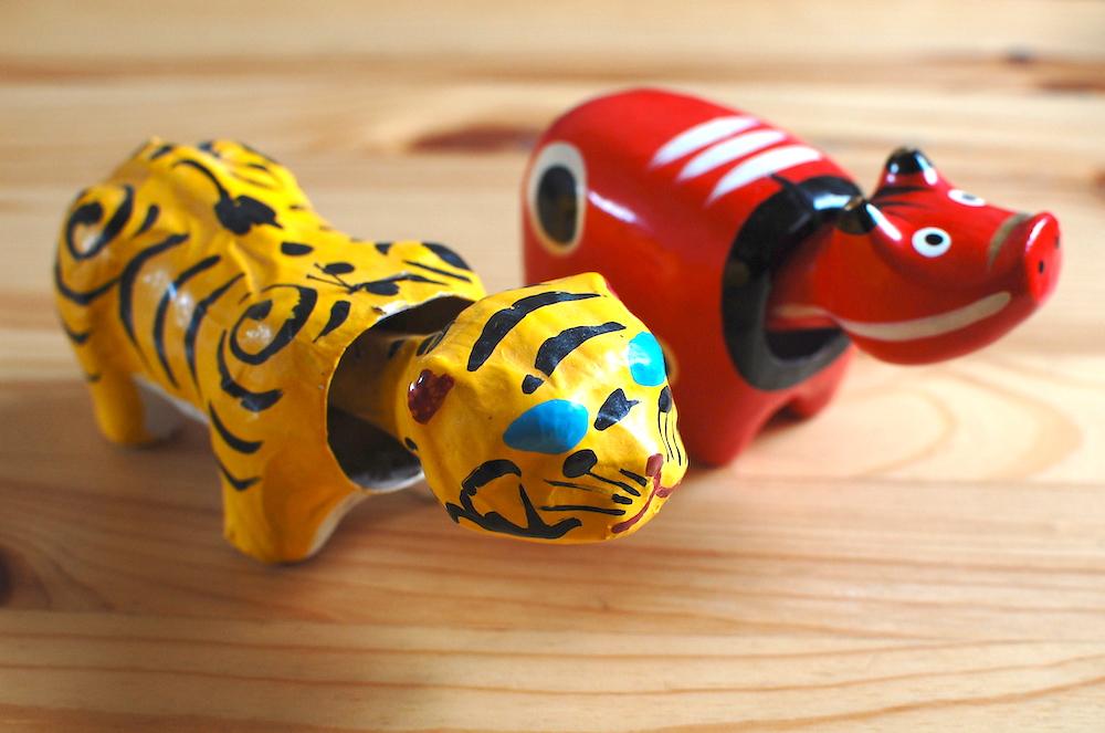 張り子の虎と、赤べこ