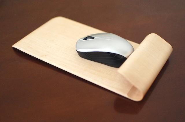 曲げ木のマウスパッド
