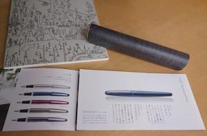 曲げ木の万年筆ケースと万年筆「コクーン」のパンフレット