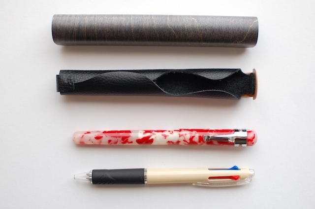 曲げ木の万年筆ケースと筆記具の比較