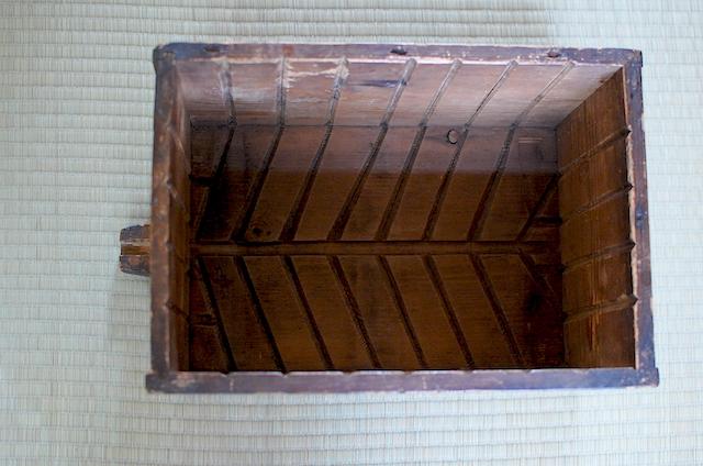 木箱に彫られた模様