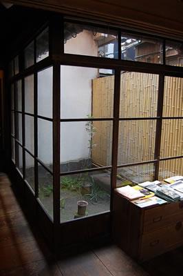 蔵織の坪庭