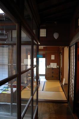 蔵織の廊下から玄関