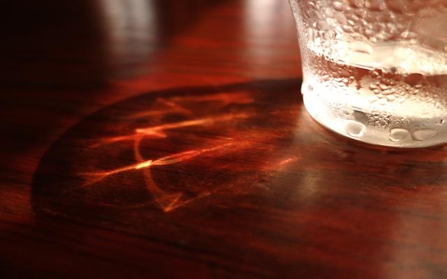 コップを通して見えた光