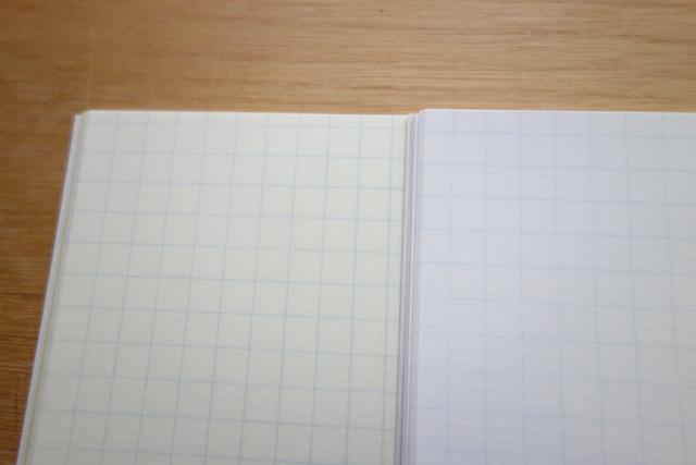 ツバメフールス紙のクリーム色と白色紙面比較
