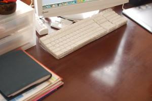 ちょっと片付けた机の上
