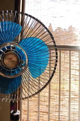 残暑の中の扇風機