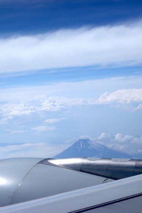 台湾行きの飛行機の窓からの富士山