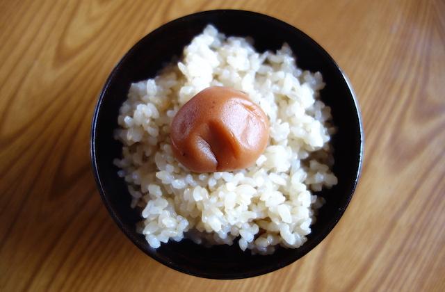 玄米ご飯に白梅