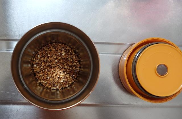 炒り玄米をスープジャーに入れる