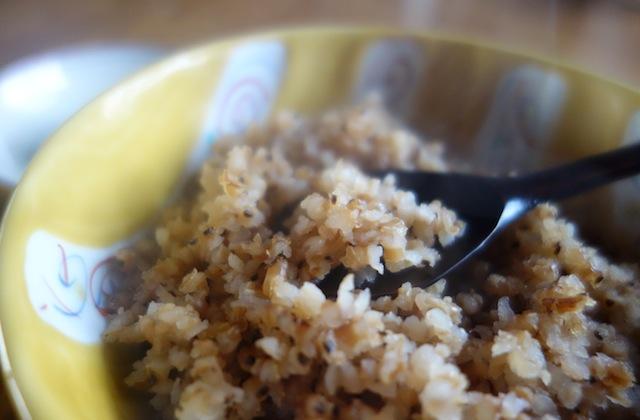 炒り玄米のお粥を食べる