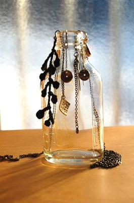 ガラス瓶にピアス