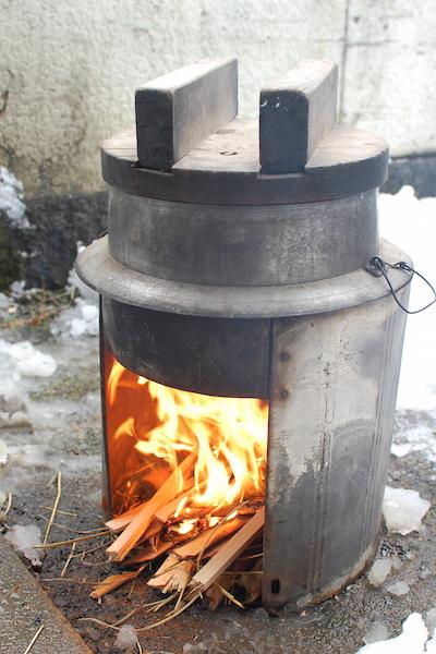 薪でごはんを炊く