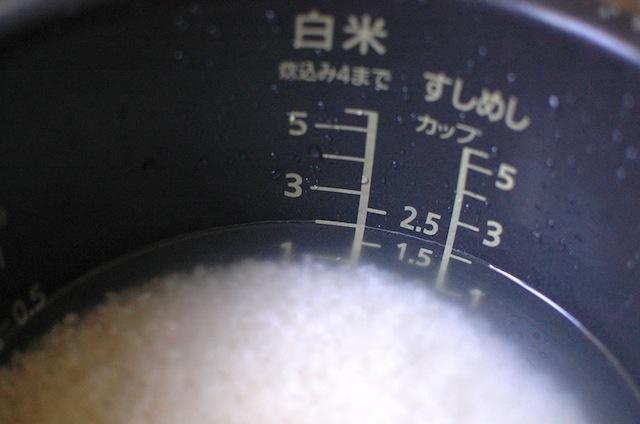 電気釜にお米を入れる