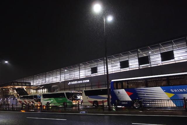 雨の京都駅八条口