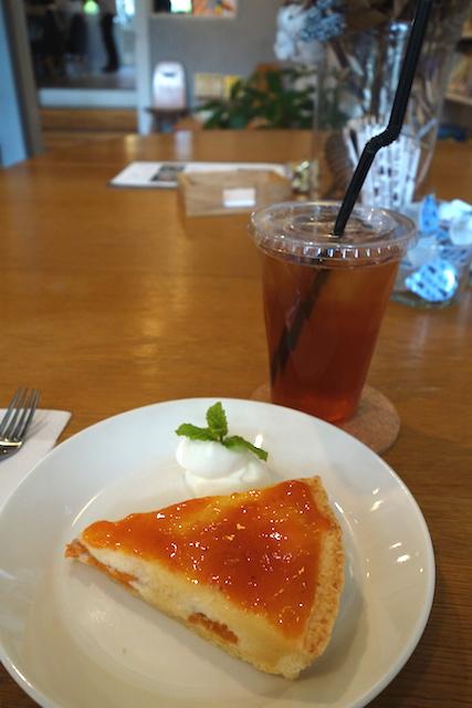 上田市のブックカフェ NABOのケーキとアイスティー