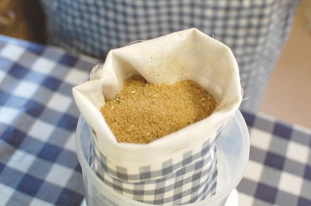 ぬかぽんの製作工程:袋に中身を入れる