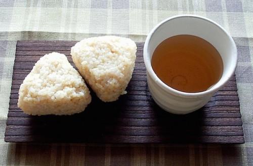 おむすびと焙じ茶