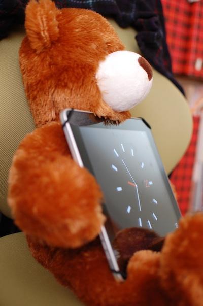 iPadを抱くパディベア