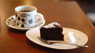 リボンカフェのガトーショコラを味わう