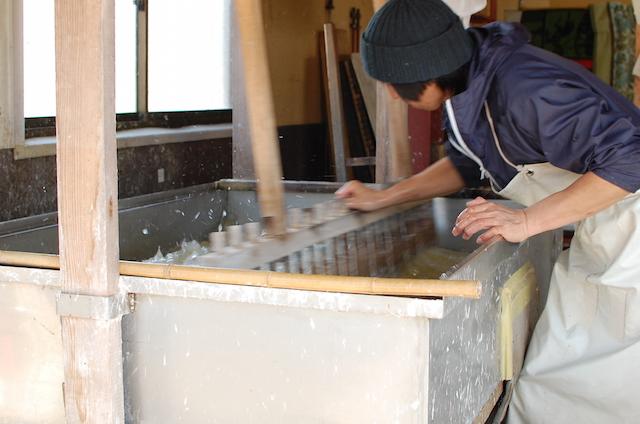 漉き舟の中の原料を撹拌