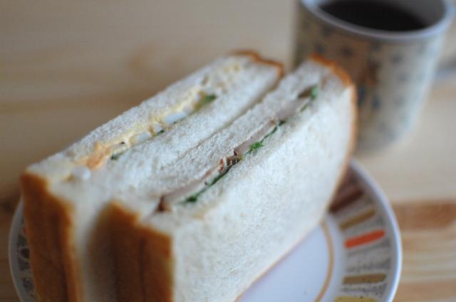 塩麹バジルチキンのサンドウィッチ