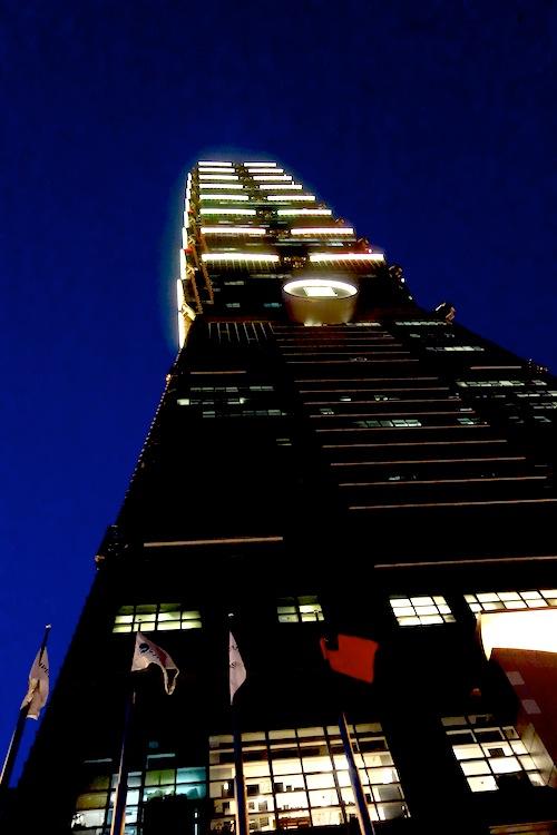 台北101を見上げる