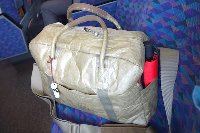 新幹線のシートに超軽量旅行バッグ「シンクトラベル」