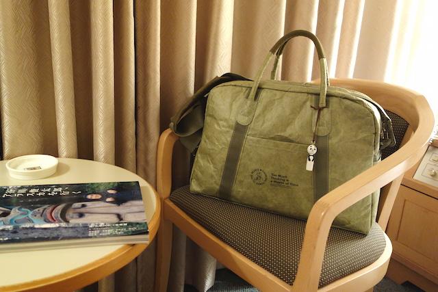 ホテルの部屋で、超軽量旅行バッグ「シンクトラベル」