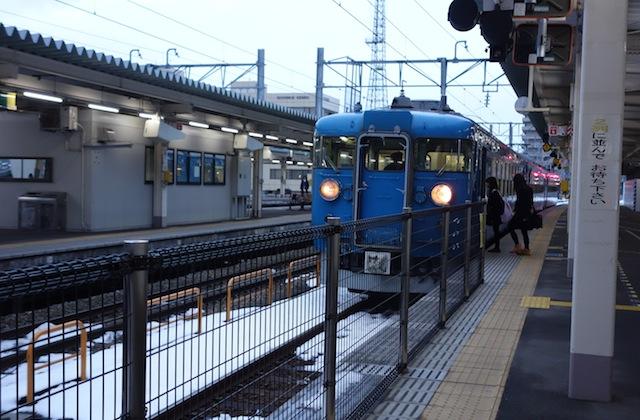 富山駅で見た、青い電車