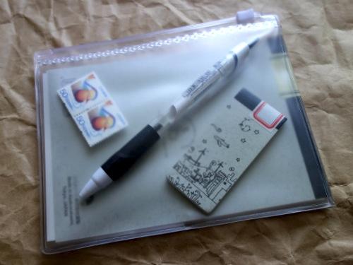 ジッパー式収納袋に筆記具、切手など