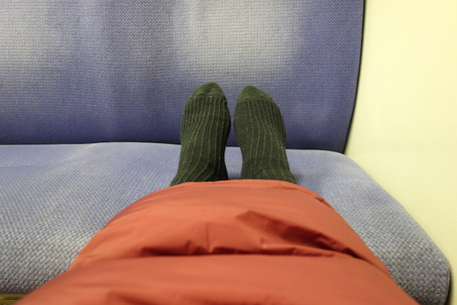 電車内で足を伸ばす
