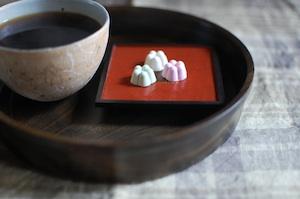 漆の角皿とお盆と矢尾板克則さんのカップ
