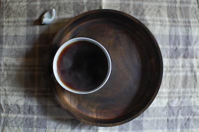 飯塚直人さんの漆のお盆にカップ