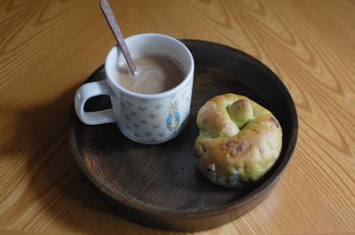 飯塚直人さんの漆のお盆にマグカップとベーグル