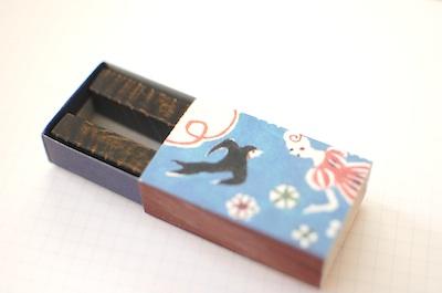 漆の箸置きをマッチ箱に