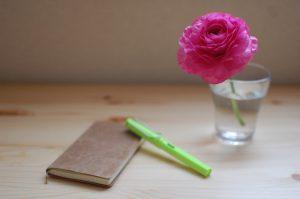 手帳と万年筆と花
