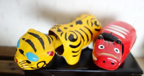 張り子のトラと赤べこ